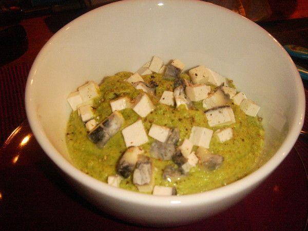 Crème de brocoli et morceau de brique cendré de chèvre