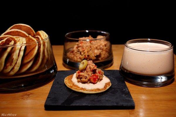 blinis , crème poivron et thon jambon de Bayonne et piment